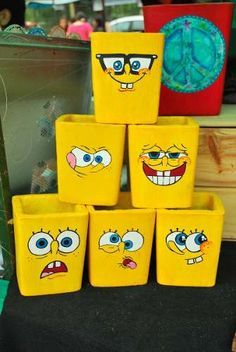 bob esponja macetas decoradas de cemento pintadas a mano Flower Pot Crafts, Clay Pot Crafts, Diy Home Crafts, Crafts For Kids, Paper Crafts, Diy Bottle, Bottle Art, Bottle Crafts, Painted Plant Pots