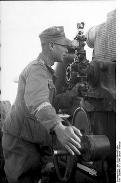 Nordafrika, Tunesien, Richten einer Kanone.