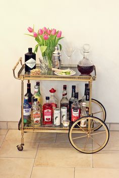 nina schwichtenbergs wohneinrichtung mit einem servierwagen aus messing in gold mehr auf www. Black Bedroom Furniture Sets. Home Design Ideas