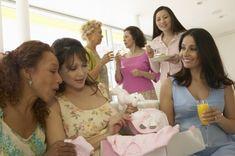 Selon la tradition, quelques petits jeux sont proposés lors d'une baby shower. Une quoi ? Mais si, vous savez la petite fête en l'honneur de la future maman peu avant son accouchement...