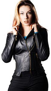 Il chiodo da donna in vera pelle è un classico senza tempo per la donna che ama uno stile grintoso dall'anima rock. L'intramontabile giacca da biker corta ha una linea moderna, dal design unico ed è l'attuale rivisitazione del giubbotto di pelle dal gusto retrò.