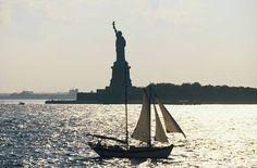 Vapauden patsas on New Yorkin kuuluisin maamerkki. Pääset sinne lautalla, joka liikennöi 25 minuutin välein Battery Parkista eteläisellä Manhattanilla. #NYC #Aurinkomatkat