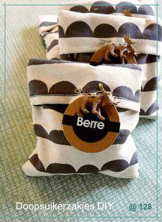 Als doopsuikerzakjes voor de geboorte van Berre wilde ik deze keer iets anders dan de stropzakjes. Ik schuimde pinterest af naar voorbeelden maar vond niet meteen iets naar mijn zin. Uiteindelijk beda