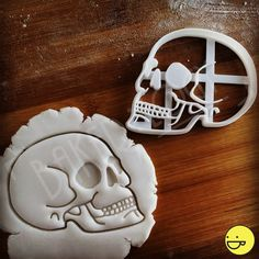 Realistically detailed anatomical skull featuring eye sockets and intricate line work on your cookies. Halloween Snacks, Halloween Skull, Halloween Cookies, Human Skull Anatomy, Zombie Themed Party, Fondant, Skull Model, Skull Stencil, Cookie Cutters