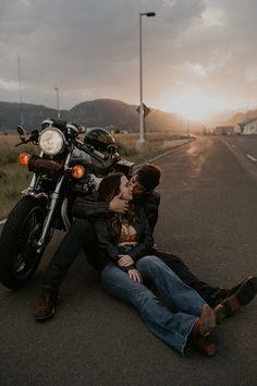 Biker Photoshoot, Couple Photoshoot Poses, Couple Shoot, Photoshoot Ideas, Couple Pics, Motorcycle Couple Pictures, Biker Couple, Couple Photography, Photography Poses