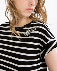 Image 2 of BROOCH CLASP T-SHIRT from Zara