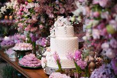 Veja decoração colorida e delicada para casamento assinada por Fabio Borgatto e Telma Hayashi, na Fazenda Vila Rica. Ã'Â