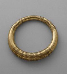 Torque.   Late Bronze Age (1250 B.C-750 B.C). DISCOVERY SITE: Evora. | Photo (C) RMN-Grand Palais (musée d'Archéologie nationale) / Jean-Gilles Berizzi