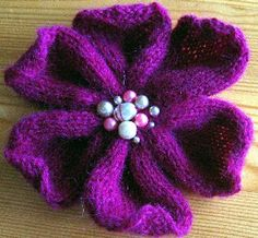 Use a yarn you like, although I think a rather thin one makes the best result. Needle size depends on which yarn you are using. If you are in doubt, go down one size for a tight fabric. by Strikkelise . Find the free pattern here: link Crochet Flower Hat, Knitted Flowers, Knit Or Crochet, Fabric Flowers, Felted Flowers, Knitting Stitches, Knitting Patterns Free, Knit Patterns, Free Knitting