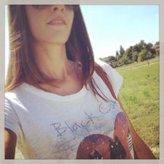 Eleonora con t-shirt stampa Black cat e cuore rosso T Shirts For Women, Fashion, Moda, Fasion, Trendy Fashion, La Mode