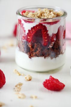 Pots de fromage blanc au brownie, framboise et muesli - Pots of white cheese with brownie, raspberry and muesli - French Cuisine Parfait Desserts, Mini Desserts, Christmas Desserts, Christmas Tables, Muesli, Healthy Dessert Recipes, Breakfast Recipes, Greek Yogurt Parfait, Low Calorie Breakfast