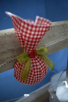 Enfeite de Natal: a fita mimosa que pendura o enfeite no pinheiro nem aparece.