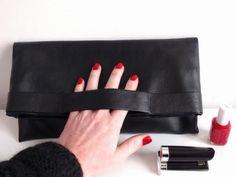 DIY: La pochette facile en simili cuir - Bee made - Couture Cuir, Coin Couture, Couture Sewing, Leather Diy Crafts, Leather Projects, Leather Craft, Diy Fashion, Fashion Bags, Retro Fashion