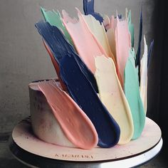 Brush strokes on a cake: art-themed party.