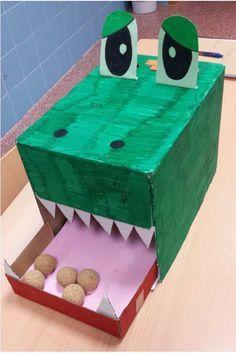 Un material manipulativo para trabajar la suma con material manipulativo con niños de entre 5 o 6 años. Unn cocodrilo hecho con material reciclado.