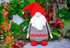 """Mit dieser gratis Häkelanleitung kannst du """"Samtan"""" den Amigurumi Weihnachtswichtel häkeln. Samtan ist ein süßer bärtiger Geselle und trägt seine Mütze am"""