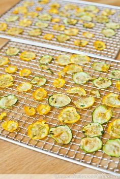 Würzige Zucchini-Chips {dörrwoche Zucchini chips: a healthy alternative to potato chips that can not only compete but taste even better. 🙂 The post Spicy zucchini chips {dörrwoche appeared first on Robin is Life. Fruit Recipes, Potato Recipes, Vegetable Recipes, Baby Food Recipes, Vegetarian Recipes, Zucchini Carbonara, Zucchini Lasagne, Zucchini Chips, Frutas Low Carb
