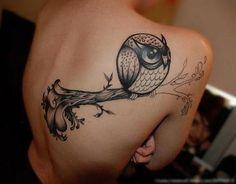 Quelle est la signification des tatouages de hiboux. Le hibou est un animal mythologique en raison de son caractère nocturne et de son apparence intimidante. Dans certaines cultures indigènes, le hibou était considéré comme un symbole de mauvaise augure...
