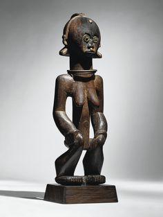 Statue, Fang, Gabon haut. 38 cm PROVENANCE Paul Guillaume (1891-1934), Paris  - Publié en 1929, L'art chez les peuples primitifs du critique d'art Adolphe Basler annonçait l'émergence d'un nouveau regard sur les « arts lointains », succédant à l'étape de leur « découverte » par les artistes modernes quelques vingt ans plus tôt. Les œuvres choisies pour illustrer cet emblématique opus...