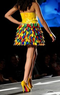 A model presents a creation made of plastic cutlery during Trash Fashion Show in. - A model presents a creation made of plastic cutlery during Trash Fashion Show in Macedonias capital - Recycled Costumes, Recycled Dress, Recycled Cds, Recycled Magazines, Baby Kostüm, Paper Clothes, Trash Art, Diy Mode, Paper Fashion