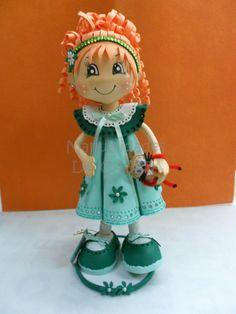 Niña fofucha pelirroja con muñeco.