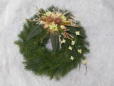 Dušičkový věnec II. Dušičkový věnec z chvojí (smrk, tůje). Přizdobený přírodninami. Velikost věnce cca 30cm (slaměná podložka 25 cm). Lze sladit do barvy, dle přání. Velikost 20, 25, 30, 35, 40 cm. Cena se liší dle velikosti věnce. Dušičkové věnce budu zasílat od 15. října. Funeral, Christmas Wreaths, Holiday Decor, November, Home Decor, Flowers, Creative, November Born, Decoration Home