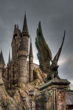 Images Harry Potter, Harry Potter World, Disney Star Wars, Illustration Fantasy, Whatsapp Wallpaper, Harry Potter Wallpaper, Harry Potter Universal, Universal Hollywood, Beautiful Castles
