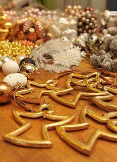 Gold, Kupfer, Engelchen und Kügelchen – weihnachtliche Accessoires zum Geschenke einpacken