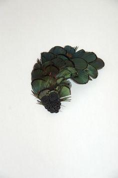Diesen schicken Fascinator habe ich einmal bei einer Hochzeit im Haar getragen. Die Federn sind schwarz-grün glänzenden, w...