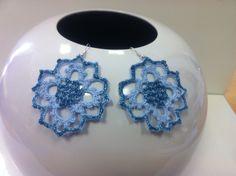orecchini all'uncinetto,dipinti a mano nei toni dell'azzurro e blu.con glitter e vetrificati.
