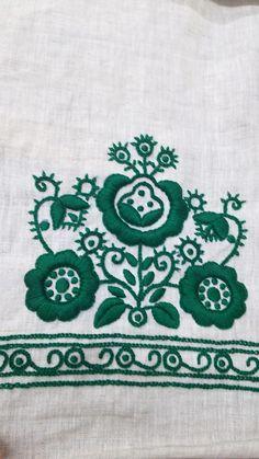Hungarian Embroidery Pattern AiAi: Sarkozi embroidery (Hungary) one of my grandmother's piece シャールコジ刺繡、おばあちゃんの作品など Sarkozi himzes , egy regi munka anagymamamtol Bordado de Sarkoz, de Hungria. Chain Stitch Embroidery, Learn Embroidery, Embroidery Stitches, Embroidery Patterns, Hand Embroidery, Stitch Head, Last Stitch, Braided Line, Hungarian Embroidery