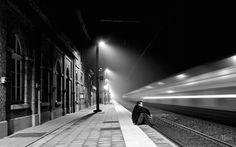 Αναμονές Απραγματοποίητα συμβάντα Θολά πάθη πλάι σε γραμμές τρένων Θέλεις να δεις Και μόνο νιώθεις Αυτοκτονούν οι στιγμές Χαμένες απραγματοποίητες σκέψεις Θέλεις να ζεις Και μόνο υποθέτεις Πώς η ιστορία σου Δύναται ν' ανατραπεί Ψάχνεις ακούς...