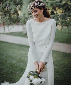 Vendo vestido de novia a estrenar (aún lleva la etiqueta) de la colección de ROSA CLARÁ de 2016. Si entráis en su web se llama SAL. Talla 38.40 Adjunto también foto de la factura con el comprobante de pago.