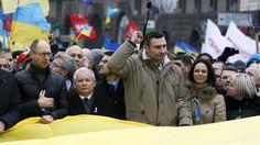 Kaczyński zamienia się rozumem z kokardami: zamiast czerwonej  na Światowy Dzień AIDS w Marszu Niepodległości unijnej  z niemieckim żydem Kliczko na Majdanie  zaklada do żałobnego krawata po ojcu Mundku, żydowskim wykładowcy marksizmu-leninizmu w PRL-u,  biało-czerwoną dla sprowokowania ukraińsko-polskich torsji, reakcji wymiotnych u normalnych ludzi. http://wiadomosci.onet.pl/kraj/uchwala-ws-obrony-suwerennosci-rp-zostala-przyjeta-przez-sejm/z4nxvf Uchwała ws. obrony suwerenności RP