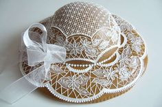 Gingerbread hat -- very intricate. Christmas Gingerbread House, Gingerbread Cake, Gingerbread Houses, Cracker House, Cookie House, Cute Cookies, Royal Icing Cookies, Cookie Designs, Fancy Cakes