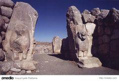 Hattuşaş-Hattuşaş örenyeri, Çorum İli'nin 82 km. güneybatısında yer almaktadır. Dünyanın ilk yazılı anlaşması olarak öğrendiğimiz Kadeş anlaşması Hattuşaş'ta yapılmıştır.