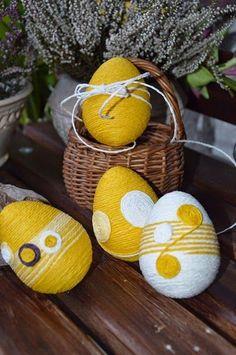Easter eggs with string Hoppy Easter, Easter Bunny, Diy Osterschmuck, Easter Flower Arrangements, Diy Easter Decorations, Diy Ostern, Egg Designs, Coloring Easter Eggs, Egg Art