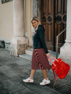 Plisseerock, rot-blau gestreifter Rock, Kapuzenpullover, Frühlingslook, Fashionblogger, weiße Sneakers Fashion Weeks, Holiday Fashion, Luxury Lifestyle, How To Make Money, Midi Skirt, Street Style, Skirts, Fashion Bloggers, German