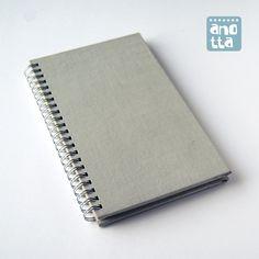 Libreta hecha a mano reciclando las tapas de un viejo libro usado.