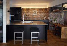 大人ブルックリン溢れるお洒落なキッチンです。アンティーク煉瓦に黒いキッチン、白い天井と梁のバランスは参考になりますね。ブルックリンスタイルにはステンレス調の家具も良く合います。