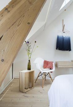 Inspiratie voor het verbouwen van een zolder. Maak er een trendy slaapkamer van en plaats een dakraam.