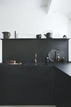 Very modern all black minimal kitchen  || @pattonmelo