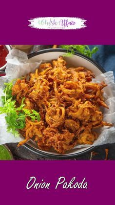 Crispy Onion Pakoda is one of the most favorite Indian snacks during Monsoons or Winter days. These fritters taste even better when served with some delicious Indian Chutneys. Pakora Recipes, Paratha Recipes, Chaat Recipe, Biryani Recipe, Onion Pakora Recipe, Tasty Vegetarian Recipes, Spicy Recipes, Cooking Recipes, Snacks Recipes