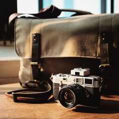 With the day's first light just coming in, Vitor Munhoz captured this great shot of his Leica Camera M3 and Union Street messenger. // #chasinglight