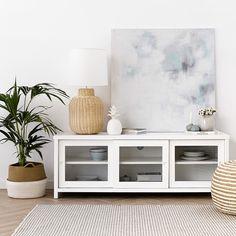 Mueble de tv Atrium | Mueble de tv de estilo nórdico, formado por 3 módulos con puerta corredera y estante intermedio. Acabado en blanco mate.  #kenayhome #home #atrium #mueble #tv #madera #lacado #blanco #puertas #cristal #estante #interior #lámpara #lido #ratán #natural #cuadro #fresh #menta #decoración #hogar #deco #decor #salón #comedor #casa #sofá #jarrón #decorativo #puf #alfombra #cesto #capazo #estilo #nórdico #escandinavo #white #design #nordik #scandinavian
