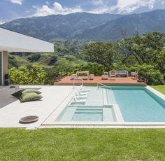 La casa remata en una piscina planteada con diferentes niveles: uno para asolearse en contacto con el agua; otro con bancas para descansar y, el último, con más profundidad, para nadar.