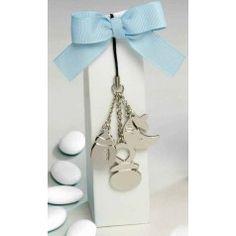Original llavero ideal para un bautizo, acompañado de cajita con 5 peladillas de chocolate y decorada con un bonito lazo azul.