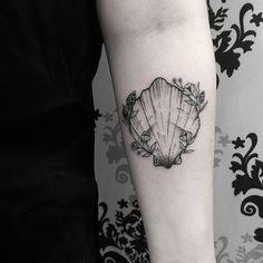 Tatuagem criada por Fabio Vloger de Curitiba. Concha super delicada no braço. #tattoo #tatuagem #tattoo2me #art #arte #delicada #fineline