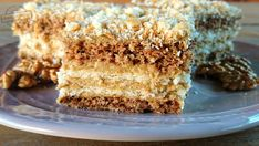 Nie wiem co mają w sobie orzechy włoskie, ale ciasta z ich udziałem zawsze cieszyły się w moim domu dużym wzięciem. Nie inaczej było z tym wypiekiem. Biszkopt z dodatkiem mielonych orzechów, do tego masa z cappuccino orzechowym, przełożona warstwami słonych krakersów, bez których sobie tego ciasta p