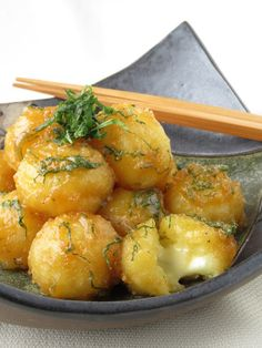 Kanpura potato cheese balls by Chizu Shigihara Healthy Meal Prep, Healthy Dinner Recipes, Appetizer Recipes, Cooking Recipes, Cafe Food, Food Menu, Asian Recipes, Ethnic Recipes, Best Breakfast Recipes